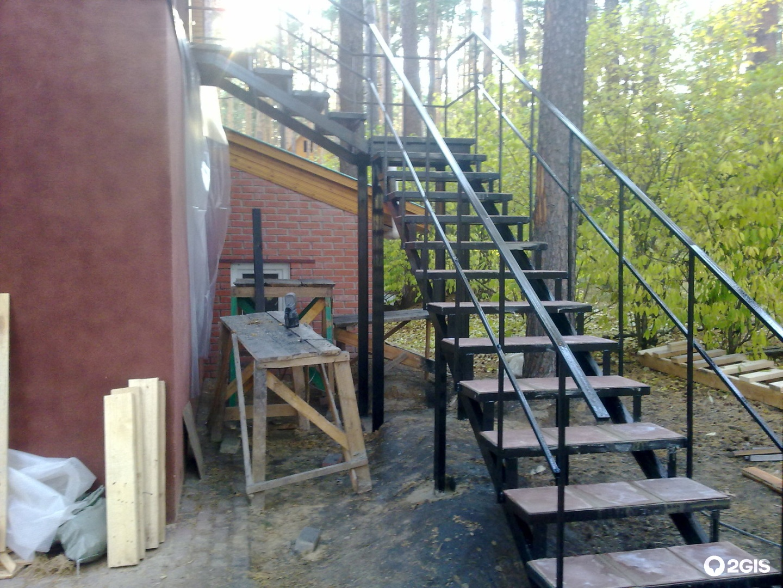 Наружная лестница на второй этаж на даче