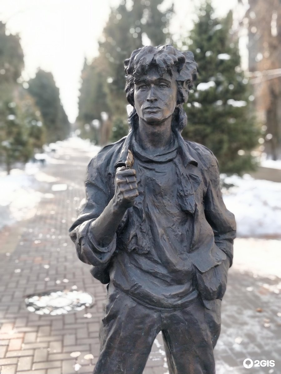 идеи декорирования памятник цою в москве фото ними выглядит, как
